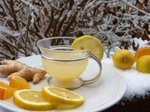 Tasse mit Ingwer und Zitronen