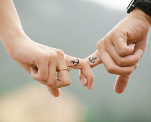2 Finger haken sich ineinander